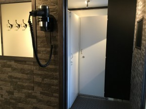 omklädningsrum och toa/dusch.